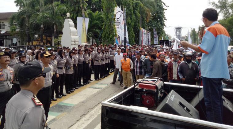 Ratusan tukang ojek pangkalan menggelar aksi damai di depan Kantor Wali Kota Cilegon. (Foto: TitikNOL)