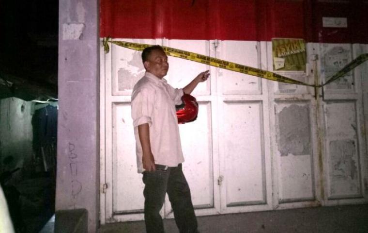 Salah satu warga saat menunjukan gerbang rumah yang sudah dipasang garis polisi, usai dilakukan pembongkaran paksa. (Foto: Ist)