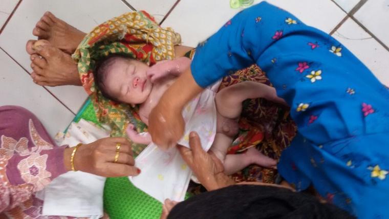 Bayi laki-laki malang saat sedang dirawat usai ditemukan kedinginan di kebun. (Foto: TitikNOL)