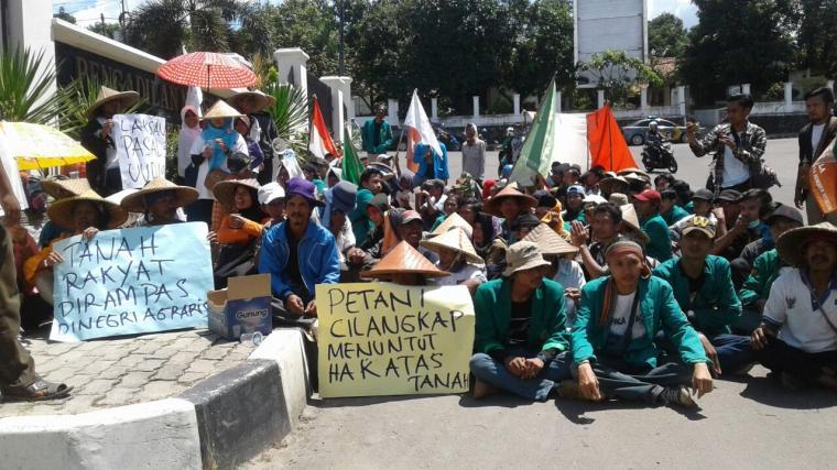Puluhan petani Desa Cilangkap, Kecamatan Maja, Kabupaten Lebak saat berunjuk rasa di kantor PN Rangkasbitung di Jalan RA Kartini Nomor 55, Kelurahan Muara Ciujung Timur. (Foto: TitikNOL)