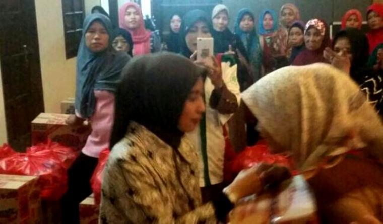 Bakal Calon (Balon) Wali Kota Serang Vera Nurlaela Jaman membagikan 200 paket sembako kepada 200 perempuan rawan sosial ekonomi (PRSE). (Foto: Ist)