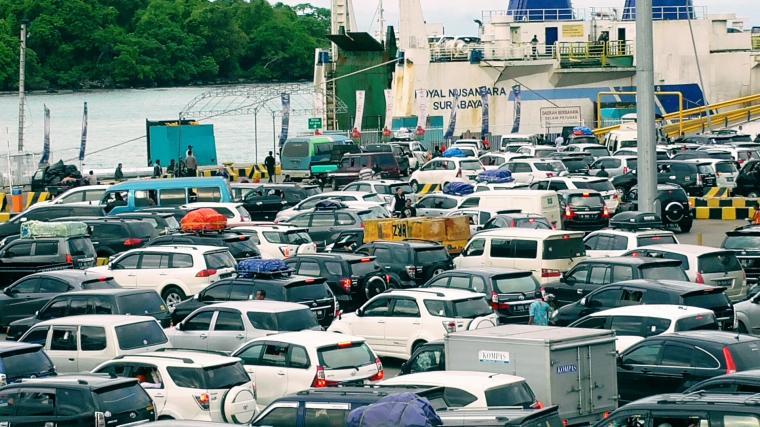 Ratusan kendaraan pribadi yang hendak menyeberang ke Sumatera terlihat mengantre di kantong parkir untuk menunggu giliran masuk ke kapal di Pelabuhan Merak. (Foto: TitikNOL)