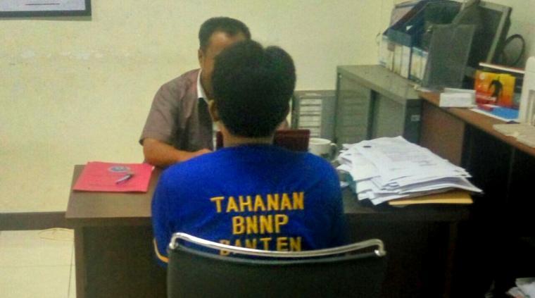 Pelaku saat dimintai keterangan oleh petugas Badan Narkotika Nasional (BNN) Provinsi Banten. (Foto: TitikNOL)