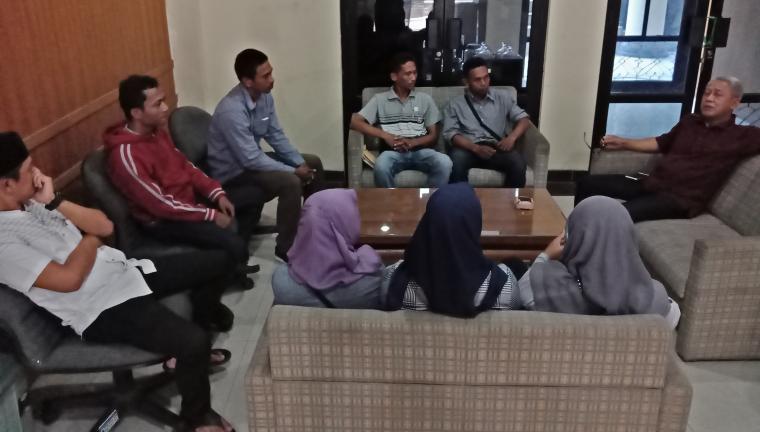 Eks karyawan PT BIL saat mengadukan nasib mereka ke Wakil Ketua DPRD Kota Cilegon, Sihabudin Sibli. (Foto: TitikNOL)