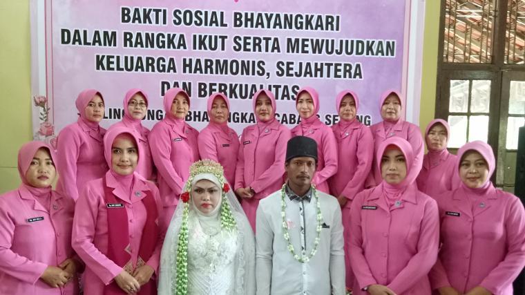Pengurus Bhayangkari Cabang Serang menggelar sidang isbat nikah 51 pasangan suami istri di Aula Mapolres Serang. (Foto: TitikNOL)