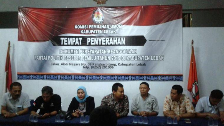 KPU Lebak saat menggelar konferensi pers. (Foto: TitikNOL).