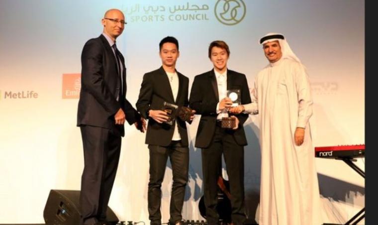 Marcus Fernaldi dan Kevin Sanjaya saat menerima penghargaan di acara gala dinner turnamen BWF Dubai World Supeseries Finals 2017. (Dok: djarumbadminton)