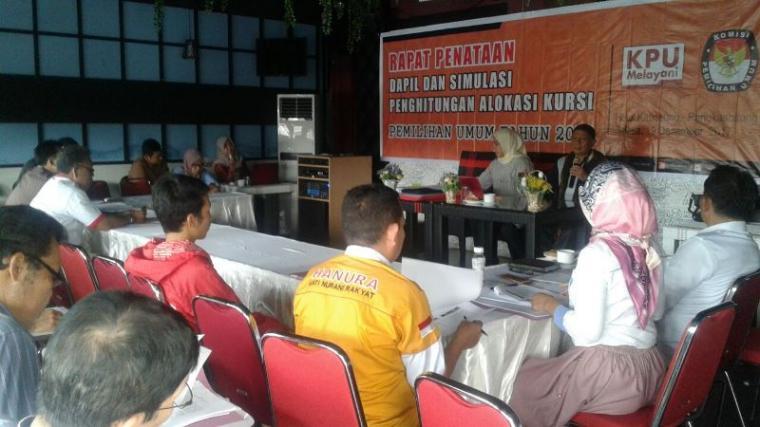 Suasana rapat penataan dapil dan simulasi penghitungan alokasi kursi di Pemilu 2019 yang digelar oleh KPU Lebak dengan pengurus Parpol calon peserta Pemilu. (Foto: TitikNOL)