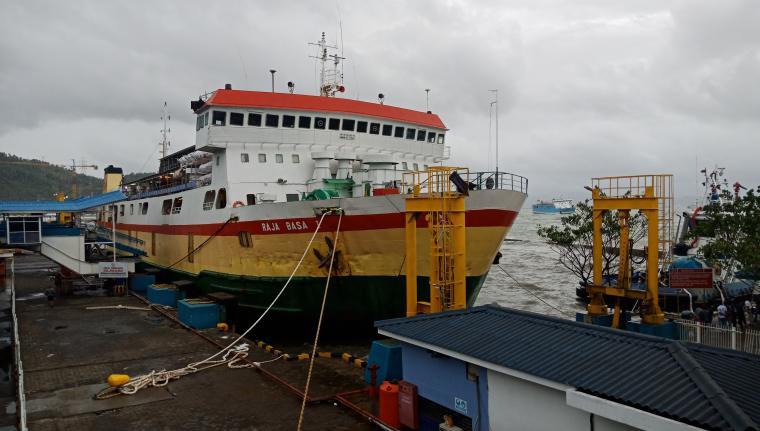 KMP Raja Basa saat sandar di dermaga I Pelabuhan Merak. (Foto: TitikNOL)