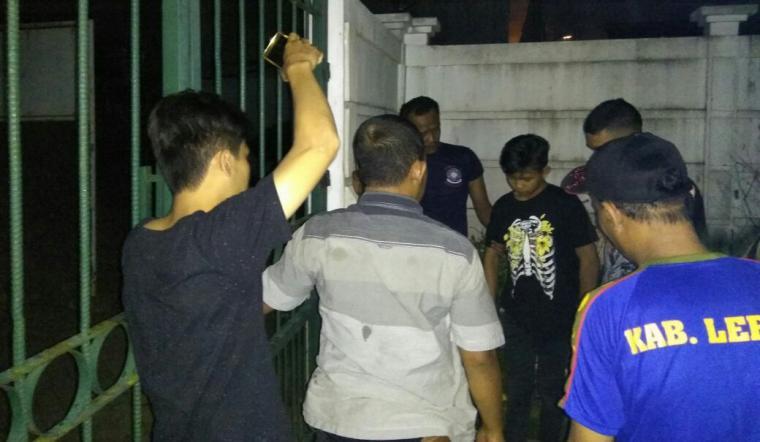 Seorang pemuda ditangkap petugas Pol - PP Pemkab Lebak diduga hendak melakukan pencurian di Pendopo Bupati Lebak. (Foto: TitikNOL)