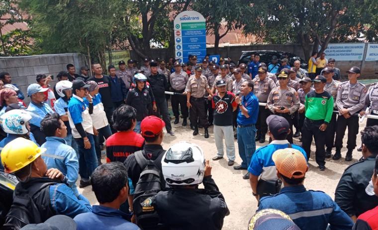 Puluhan buruh saat melakukan aksi unjuk rasa di PT Saba Pratama. (Foto: TitikNOL)