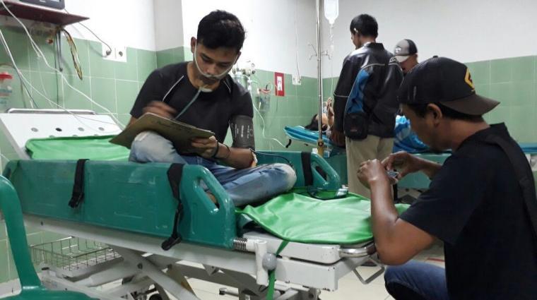 Arif Hartono korban penusukan saat tengah dimintai keterangan oleh anggota unit reskrim Polsek Rangkasbitung di RSUD Adjidarmo. (Ist)