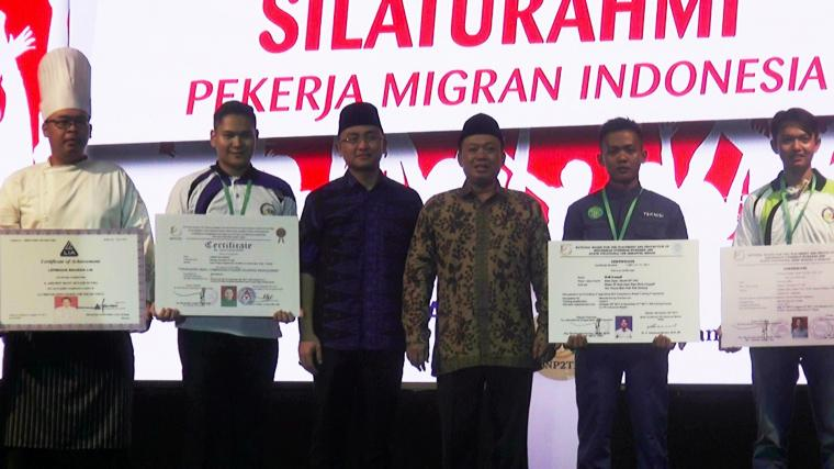 Ketua BNP2TKI Nusron Wahid bersama Wakil Gubernur Banten Andika Hazrumi saat pelepasan para Pekerja Migran Indonesia (PMI) di stadion maulana yusuf, Ciceri, Kota Serang. (Foto: TitikNOL)
