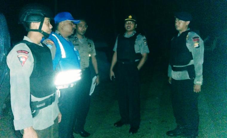 Petugas dari Polsek Bayah, sedang melakukan pengarahan sebelum merazia warung remang-remang di Pulomanuk dan Cipanengah. (Foto: TitikNOL)