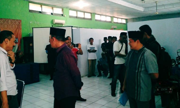 Timses Balonbup-Cawabup jalur perseorangan, Cecep Sumarno dan Didin Saprudin saat tengah berada di kantor KPU Lebak untuk oleh TKP perhitungan berkas dukungan. (Foto: TitikNOL)