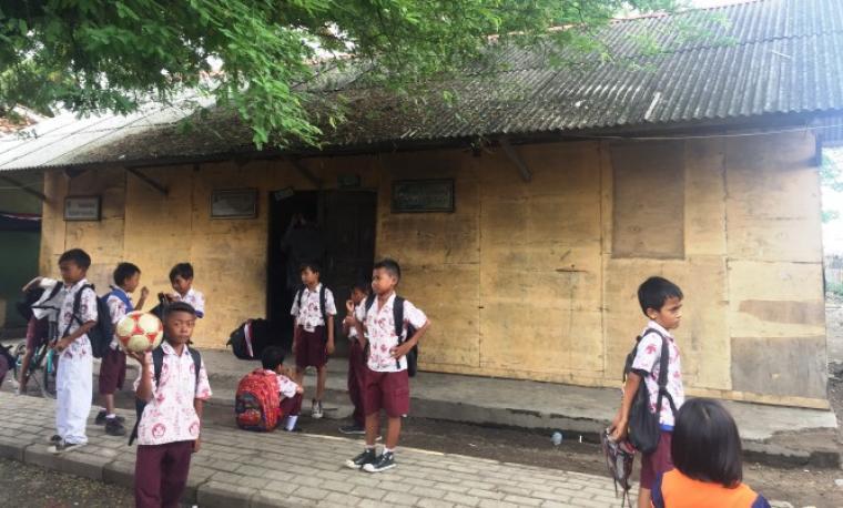 Sejumlah siswa di SD Sadah, di Desa Kaserangan, Kecamatan Ciruas, Kabupaten Serang, saat bermain di depan sekolahnya. (Dok: TitikNOL)