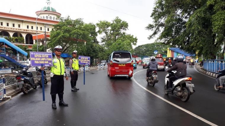 Sat Lantas Polres Metro Tangerang Kota saat melakukan sosialisasi dengan memberikan himbauan kepada pengguna jalan. (Foto: TitikNOL)