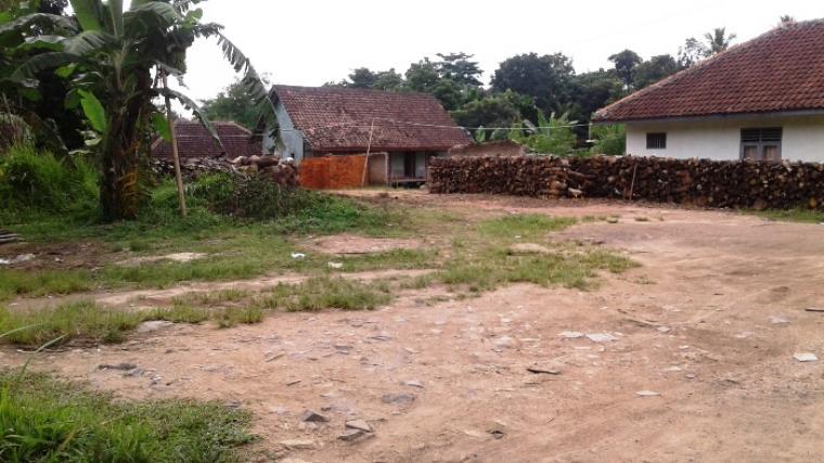 Ini kondisi lahan kosong tempat terparkirnya mobil Granmax warna silver pembawa 240 ribu butir pil PCC yang ditemukan BNN Provinsi Banten. (Foto: TitikNOL)