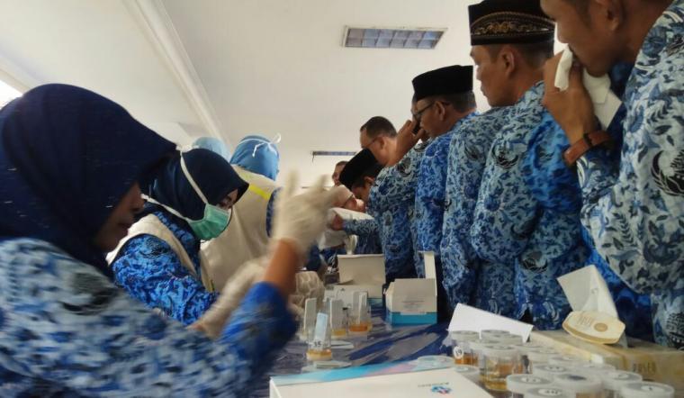 BNN Provinsi Banten, melakukan pemeriksaan urine kepada ribuan Aparatur Sipil Negara (ASN) di lingkungan Pemerintah Provinsi Banten di halaman Masjid Raya Al-Bantani KP3B. (Foto: TitikNOL)