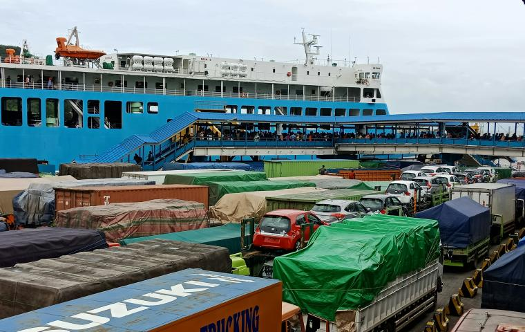 Ratusan kendaraan masih tertahan di pelabuhan Merak. (Foto: TitikNOL)