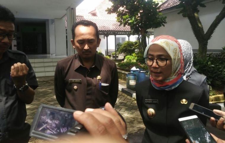 Bupati Lebak Iti Oktavia Jayabaya saat dimintai keterangan oleh awak media. (Foto: Ist)