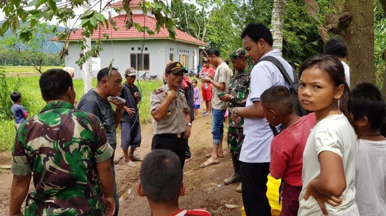 Sejumlah warga saat menyaksikan penemuan mayat tanpa identias di Kampung Ciseke, Desa Batukuwung, Kecamatan Padarincang, Kabupaten Serang. (Foto: TitikNOL)