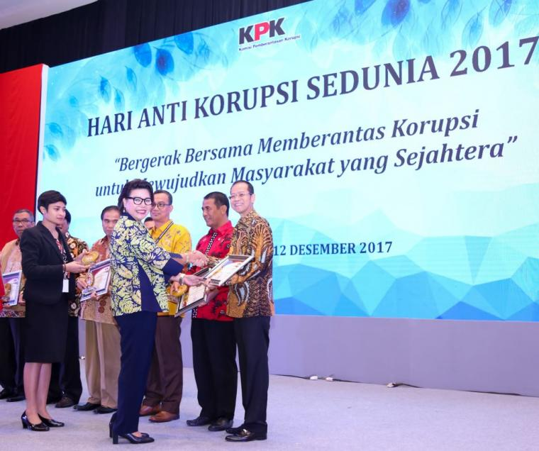 TERIMA PENGHARGAAN: Direktur utama bank bjb Ahmad Irfan (kanan) menerima penghargaan dari Wakil Ketua Komisi Pemberantasan Korupsi (KPK) Basaria Panjaitan (kiri) di Hotel Bidakara, Jakarta, Selasa (12