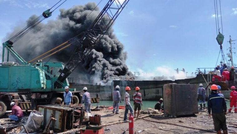 Kapal MT Healty terbakar di galangan kapal PT HPS. (Foto: Ist)