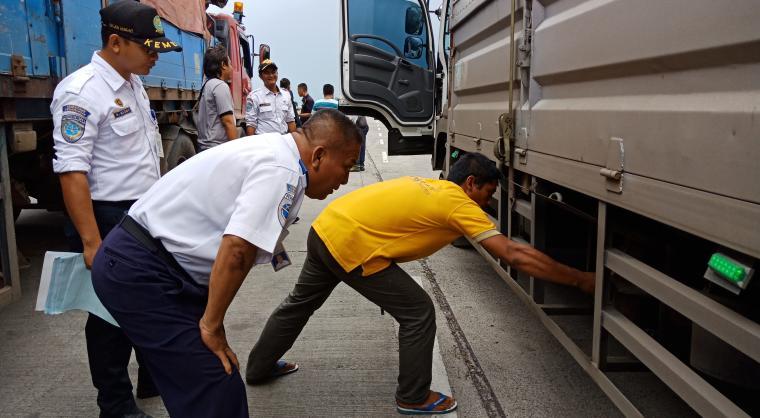 Petugas BPTD Banten saat mekakukan ramp check kendaraan barang di Pelabuhan Merak. (Foto: TitikNOL)