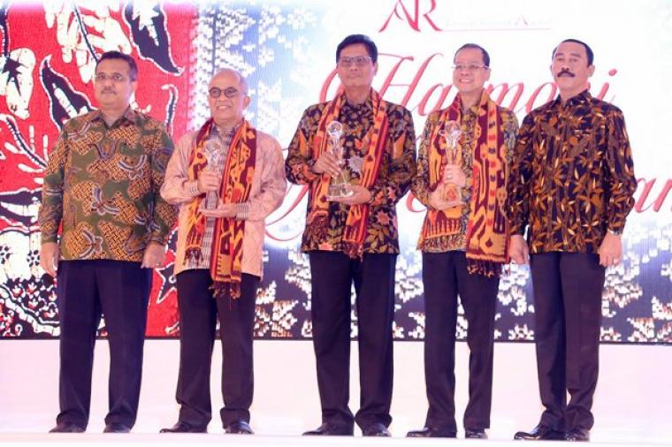 Dirut Bank bjb Ahmad Irfan (kedua kanan) foto bersama juara 2 dan 3 usai penyerahan penghargaan Annual Report Award (ARA) 2016 di Jakarta, Selasa (19/9/2017).