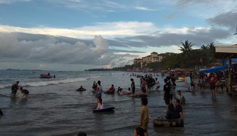 Kondisi pantai bandulu anyer di sore hari sudah mulai dipenuhi wisatawan. (Foto: TitikNOL)