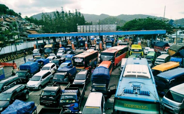 Sejumlah kendaraan penuhi kantong parkir di dermaga Pelabuhan Merak. (Foto: TitikNOL)