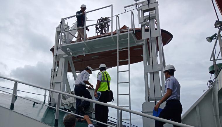 Pejabat Pemeriksa Keselamatan Kapal dari Direktorat Perkapalan dan Kepelautan Kementerian Perhubungan saat melakukan uji petik kapal di pelabuhan Merak. (Foto: TitikNOL)