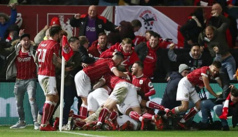 Para pemain dan pendukung Bristol City merayakan kemenangan. (Dok: theguardian)