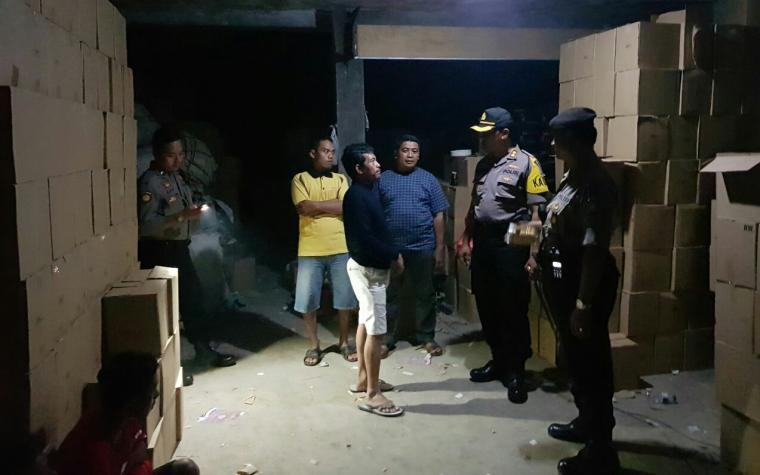 Petugas polisi saat berada di salah satu gudang miras. (Foto: TitikNOL)