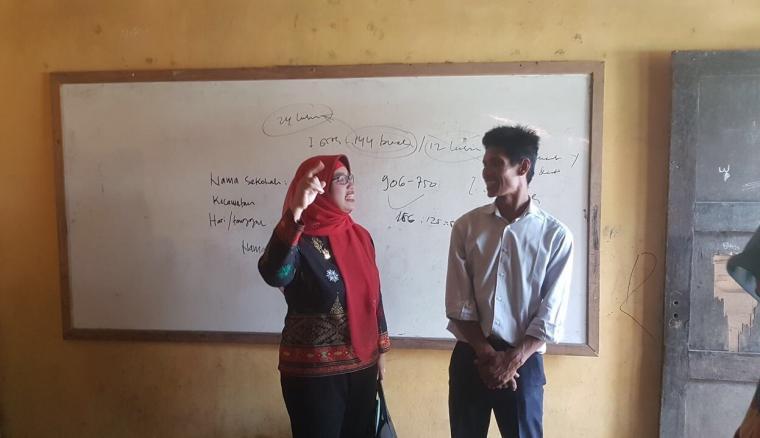 Komisioner Komisi Perlindungan Anak Indonesia (KPAI) Bidang Pendidikan Retno Listyarti saat meninjau SDN Sadah yang berada di desa Kaserangan, Kecamatan Ciruas, Kabupaten Serang. (Foto: TitikNOL)