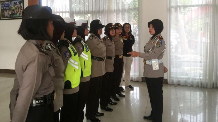 Polisi Wanita (Polwan) di jajaran Polrestro Tangerang Kota melakukan Briefing tengah bersiap untuk melaksanakan pengamanan dan patroli. (Foto: TitikNOL)