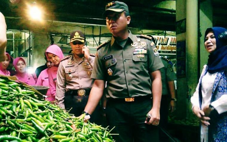 Tim gabungan saat melakukan sidak ke salah satu pedagang sembako di pasar Kota Tangerang. (Foto: TitikNOL)