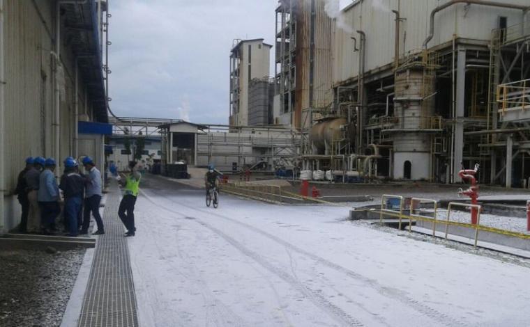 Lokasi letupan yang menyeluarkan serbuk purified terephthalic acid di PT Indorama Petrechemical sudah dipasang garis polisi. (Foto: TitikNOL)