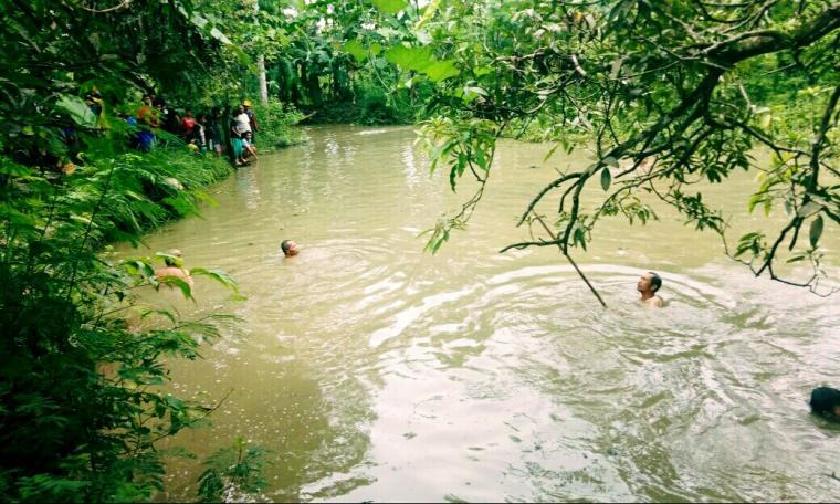 Sejumlah warga saat melakukan pencarian Gamarsam alias Iksan (9) yang tenggelam di Sungai Bunti Cidadap, Desa Wanasalam, Kecamatan Wanasalam, Kabupaten Lebak. (Foto: Ist)