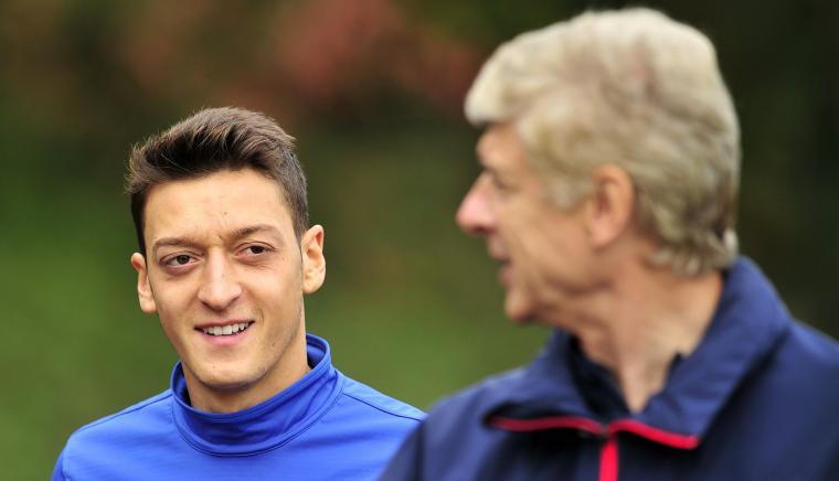 Arsene Wenger dan Mesut Ozil. (Dok: fourfourtwo)