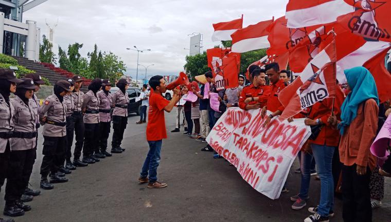 Dikawal ketat aparat kepolisian dari Polres Cilegon, Gerakan Mahasiswa Nasional Indonesia (GMNI) saat menggelar aksi unjuk rasa di Simpang Tiga Kota Cilegon. (Foto: TitikNOL)