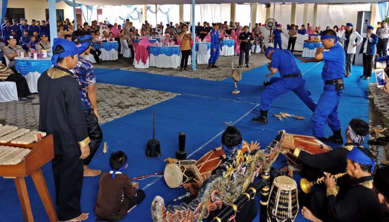 Personel Polairud Polda Banten saat menampilkan atraksi debus saat HUT Poairud ke-67 di Markas Polairud Polda Banten. (Foto: TitikNOL)