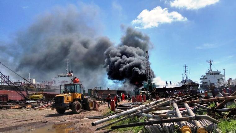 Para pekerja terlihat panik saat kapal terbakar di galangan kapal PT HTS. (Foto: Ist)