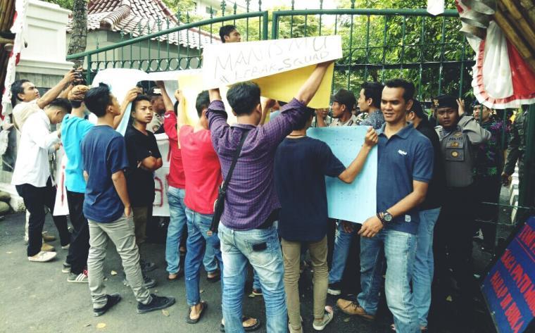 Aktivis mahasiswa dari HMI Cabang Lebak, saat menggelar aksi unjukrasa di depan pintu gerbang Kantor Bupati Lebak. (Foto: TitikNOL)