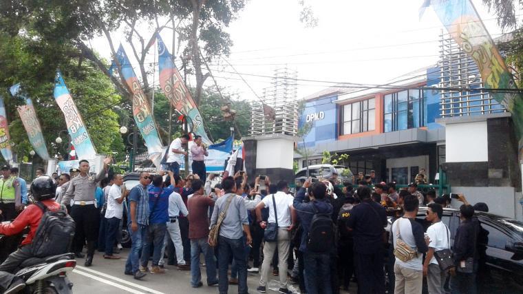 Puluhan massa Ormas dan LSM saat menggelar aksi di depan kantor DPMD Lebak. (Foto: TitikNOL)