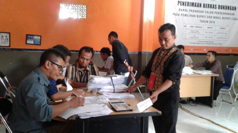 KPU Lebak melaksanakan penghitungan ulang berkas dukungan paslon Bupati dan Wakil Bupati Lebak dari jalur perseorangan Cecep Sumarno dan Didin Saprudin. (Foto: TitikNOL)