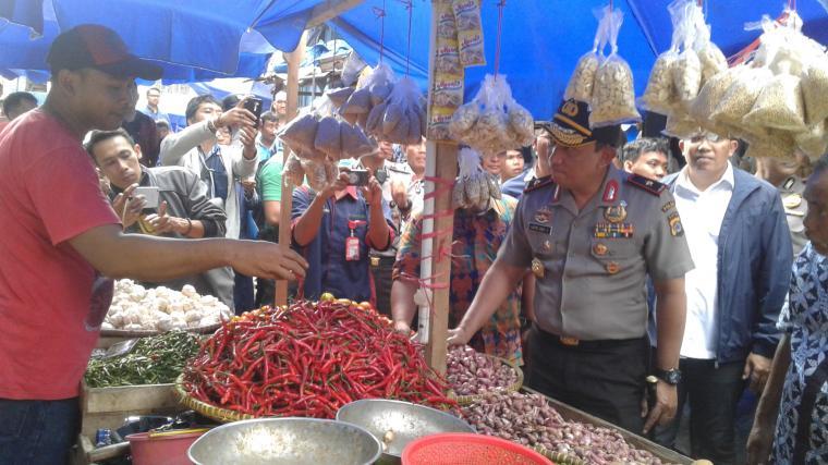 Kapolda Banten Brigjen Pol Listyo Sigit Prabowo saat meninjau pasar tradisonal Rangkasbitung. (Foto: TitikNOL)