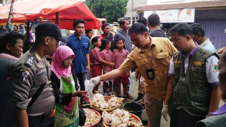 Satgas Pangan saat melakukan sidak pedagang ayam di Pasar Blok F, Kota Cilegon. (Foto: Ist)