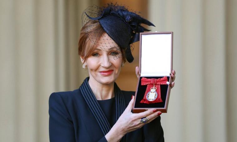 JK Rowling memamerkan sebuah lencana dengan kain merah dari Pangeran William di Istana Buckingham. (Dok: twitter)